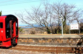 从月台可看到海的丰前松江站